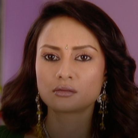 تحاول سالوني المساعدة في حل المشاكل بين بيا واخوتها براجيش ونهار فهل ت