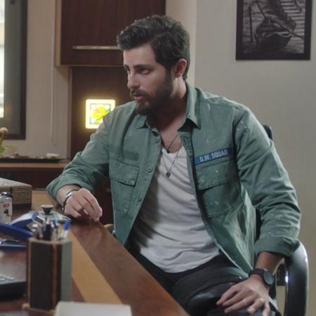 تدور الأحداث  حول عامر الذي ينتقم لمقتل شقيقه بقتل رجل وزوجته، بينما ي