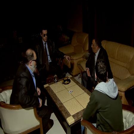 يتم الطلب من سائق الرئيس الإنضمام إليهم للعب الورق
