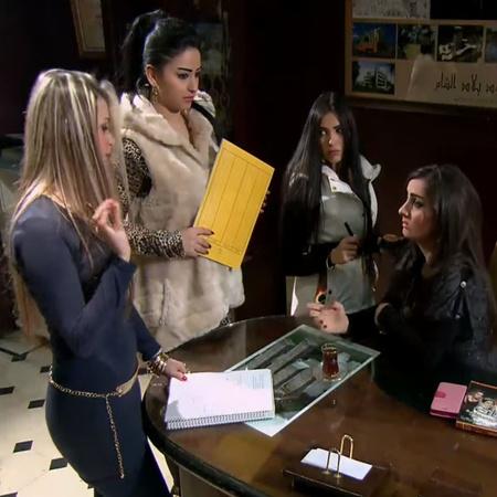 يتم مقابلة ممثلة مشهورة و سؤالها عن أوضاع البلاد