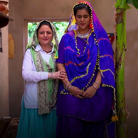 بينكي تضع المكياج لكومال لتقابل عريسها. ما هي ردة فعل العريس و أهله؟