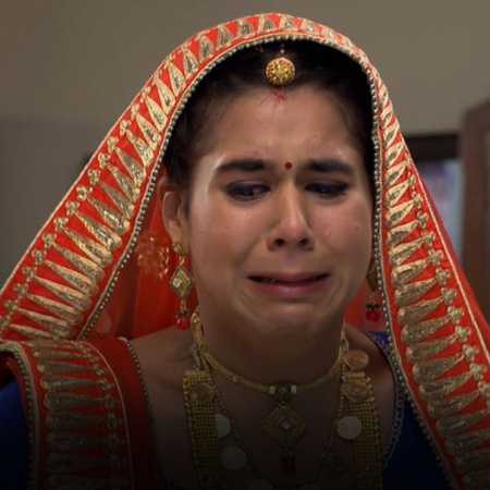 Lucky hurts Komal with his words and Komal decides to disappear from h
