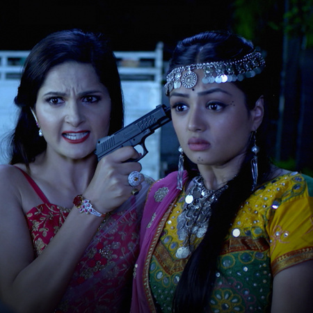 Mehak puts her life in danger in order to help Shaurya. Sharma's famil
