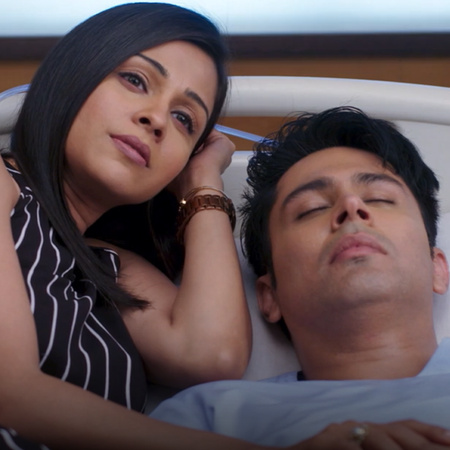 Arjun is hospitalized and loses his memory, so Nisha uses this to her