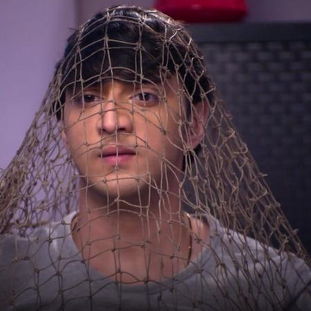 تكشف رانو أكاش وهو يحاول أن يفتح الخزنة وتهدده