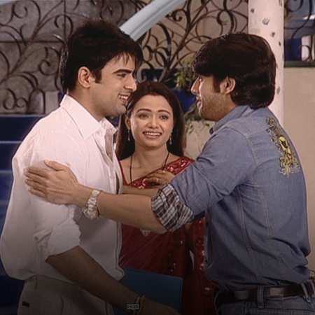 Amar successfully finds Divya, meanwhile, Bharat is planning something