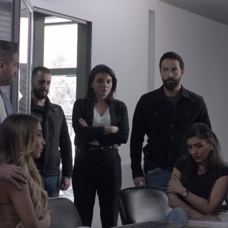 النقيب طارق يعاقب فيرا على تصرفها المستهتر. ووائل يهجم على رامي بعد زي