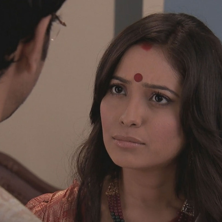 Rana convinces Ovi to attend the celebration while Purvi is looking fo