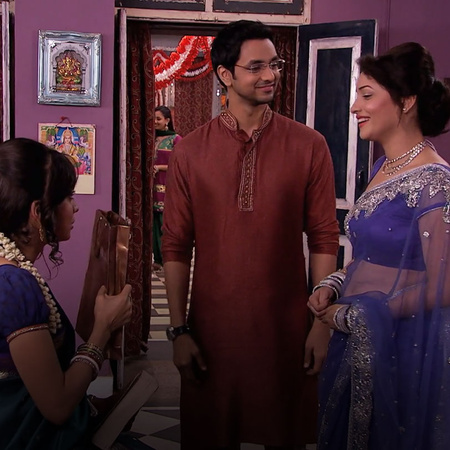 Purvi & Onir find out who the blackmailer is. They offer him the money