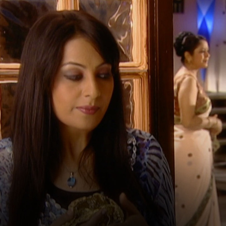 Durga steals Raji's necklace and humiliates her in front of the family