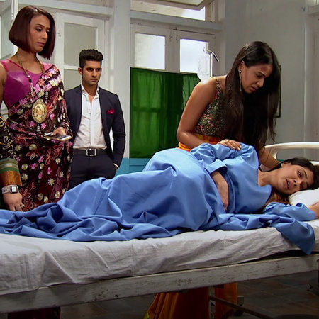 Shabnam saves Roshni from getting killed and everyone is trying to hel