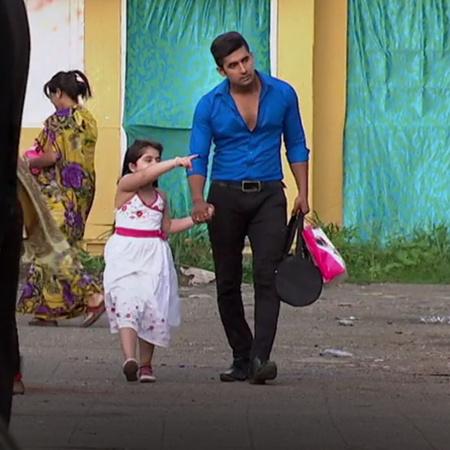 سيدهارث يقرر مساعدة عائشة بالبحث عن اسرتها بعد ان انقذها من المجرمين