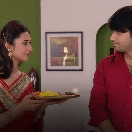 Amar finally meets Divya in Delhi and finds out that she is marrying S