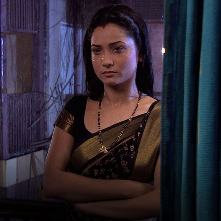 Rana brings Sundari back in the house after Savita throws her out. Mea