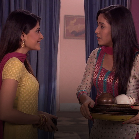 Mazhien visits Sulochana and Purvi to apologize for the past. He also