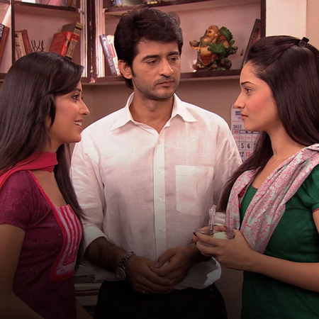 Teju meets Sunny for a coffee as a beginning of their new friendship.