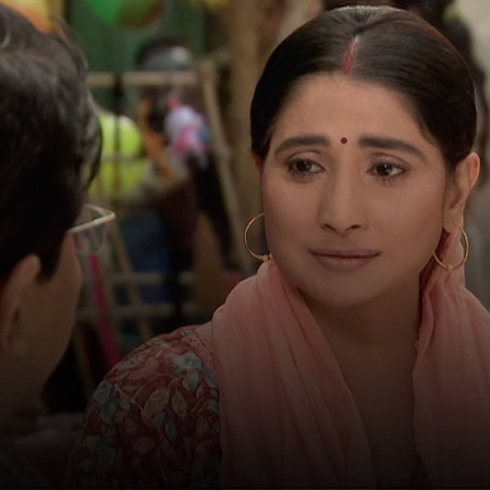 Mandira decides to run away from the family house because of her siste