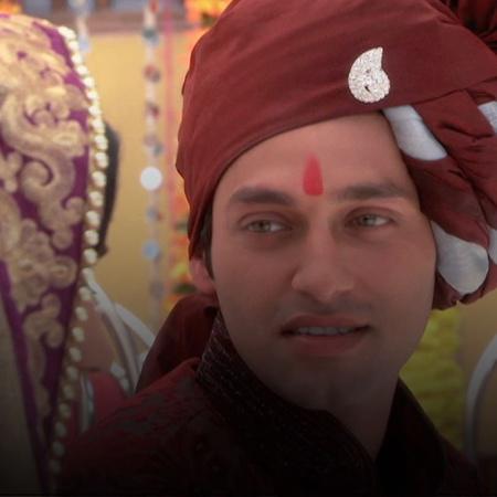 Mandira threatens to expose Samir. She demands that he marries her. Ri