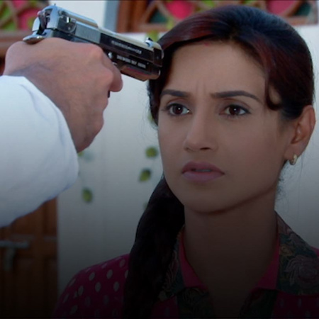 Indira and the police officer accuse Munna of the kidnapping. But he d
