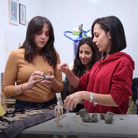 المرأة قادرة على العمل في جميع المجالات التي يجدها المجتمع صعبة.. والد