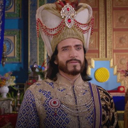 .لا يستطيع السلطان أن يتزوج (راضية) لأنه يرغب بتعيينها امبراطورة لديله