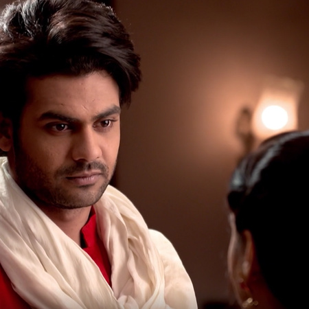 Komal dreams that she confesses to Lakan that she loves him, and Poona
