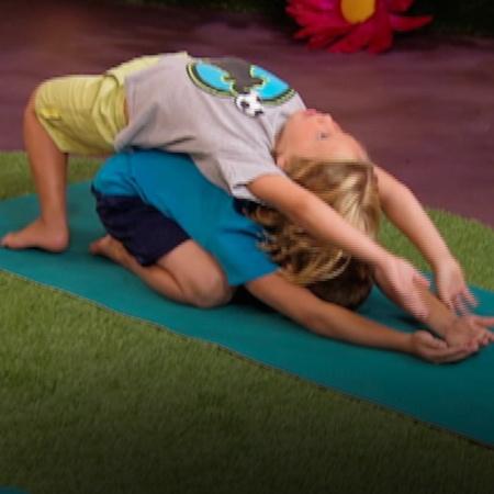 شهيق وزفير وتشتد المنافسة بين فريق الأطفال وحزب اليوغا أثناء ممارستهم.