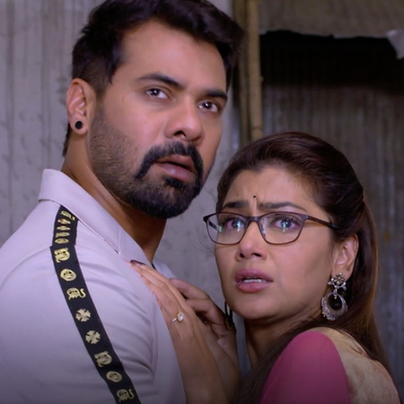 For the first time Abhi meets Pragya, what is their reaction?