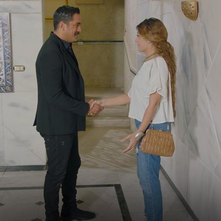 يحاول مصطفى مساعدة جميل في العثور على شقة و يعرض عليه شقة في العمارة