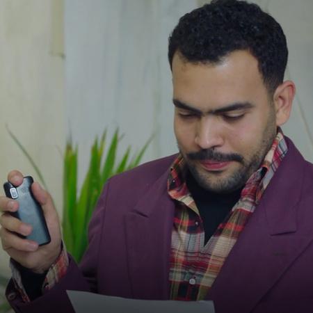 لماذا يشك عادل في تصرفات محمد و إبنه؟