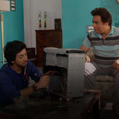 رانجيت يأتي لتناول الغداء ويحاول جذب والدة نيكي، ثم يتعطل حاسوب نيكي ف
