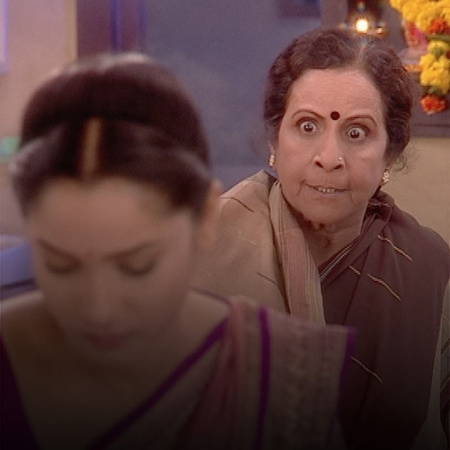 After Jana returns to the house of Mazen's family, Savita tries to con
