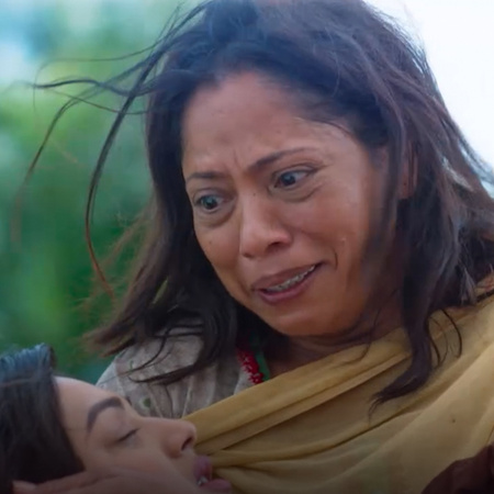 Kanta arrives at the scene and rushes dying Mahi to the hospital