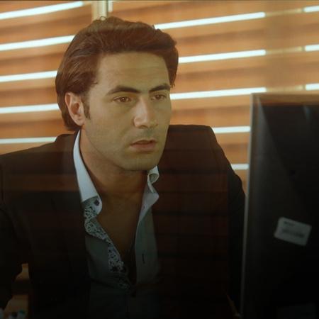 طارق يتواطأ مع عاصم ويرسل له البيانات الخاصة بشركة كريم
