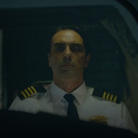 يوصل الكابتن كاران ساشديف إلى رحلة سكايلين 502، وبعد وقت قصير من الإقل