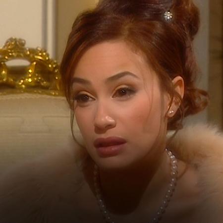 تحاول سكرة مساعدة باولا بعد ما حدثتها عن ماضيها الحزين