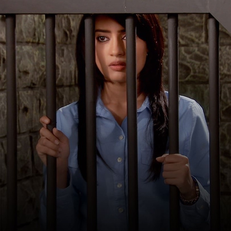 Najma gets in a critical situation and Zoya gets arrested when trying