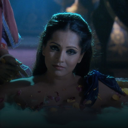 Jalal uses Benazit to get Jodha´s attention. However, Benazir will not