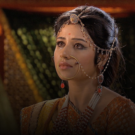 Jalal locks the king of Rajput behind bars. Ruqaiya continues her atte