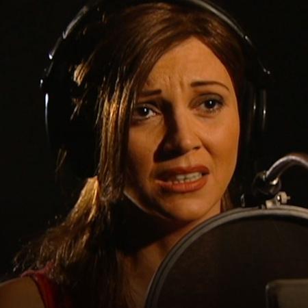 مغنية ترتبط برجل غني يقدم لها الشهرو المال لكن يتحكم بها وبكل تفاصيها