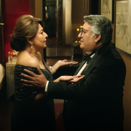 Amy welcomes Tarini into her mansion, both attend a party where Delhi'