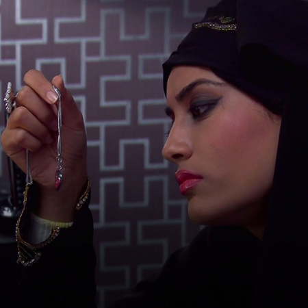 Seehar steals Sanams' necklace to sell it.
