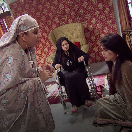 Razia blackmails Tanveer to reach her goal.