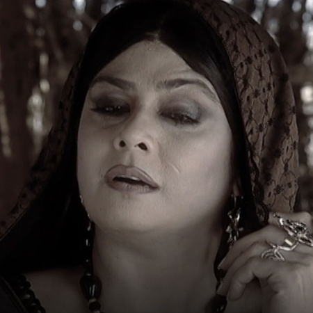 Lakshmibai goes to save Samar Singh from the British and almost gets h