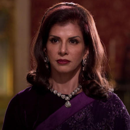 Gayatri goes back to the palace and everyone is treading her in a bad