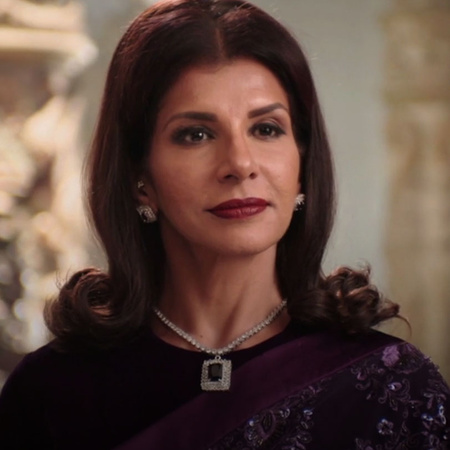 Gayatri succeed to become the queen again and lights the second candle