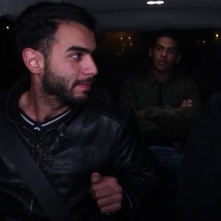 يقوم الناشط ضياء عليان بقيادة سيارة اجرة وتحميل الركاب وعمل مقالب معهم