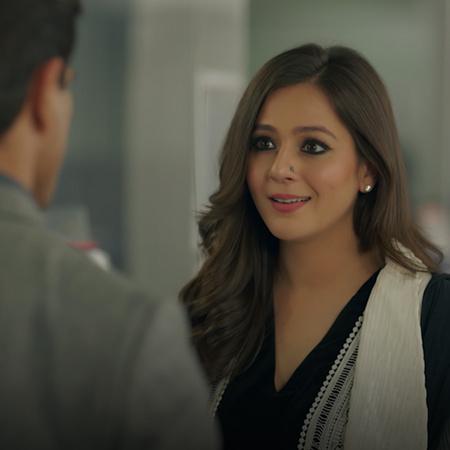 Asad saves Zoya life and decides to accompany her to Pakistan. Meanwhi