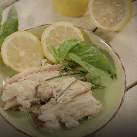 سمك مطهي بملح البحر فقط خلال عشر دقائق فقط في هذه الحلقة