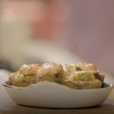 طبق اليوم هو سمك مسلوق بصلصة جوز الهند مع الصلصة وجبة في منتهى السهولة